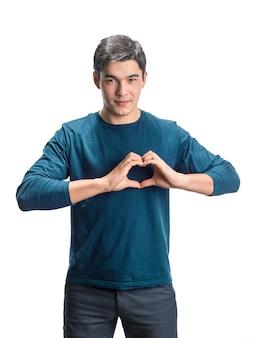 Молодой человек показывает знак сердца