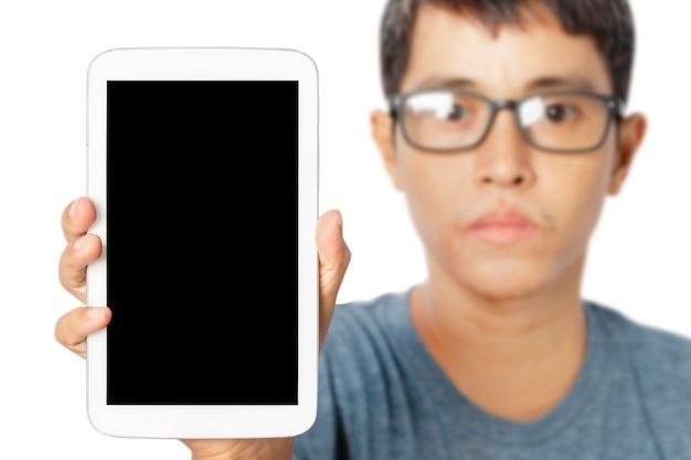 白い背景で隔離の空白のタブレット画面を示す若い男。クリッピングパス。