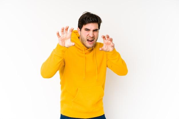 Молодой человек показывает когти, имитирующие кошку, агрессивный жест.