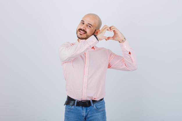 心臓のジェスチャーを示す若い男