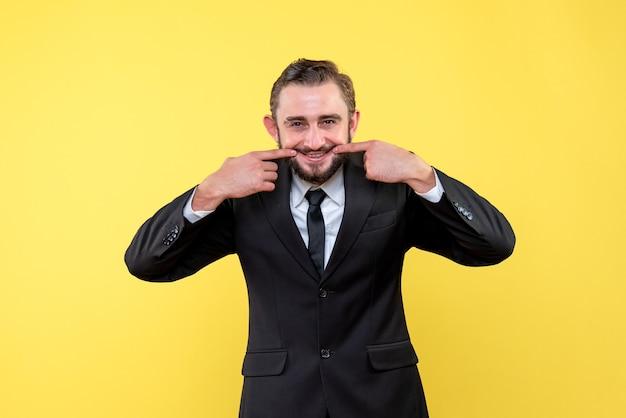 Молодой человек показывает улыбающийся жест
