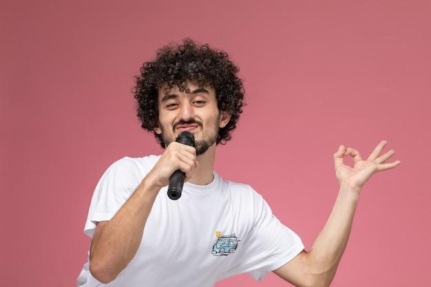 Молодой человек показывает странное лицо и жест