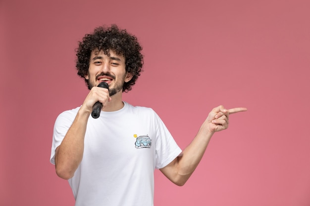 Молодой человек поет приятную песню своему другу