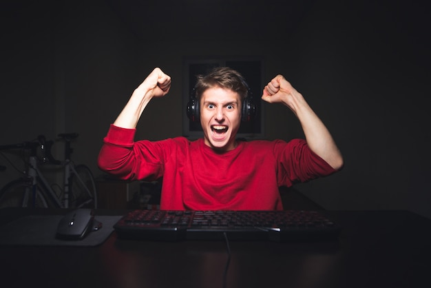 Молодой человек сидит ночью, но использует компьютер