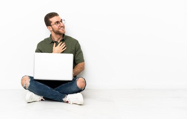 웃는 동안 올려 바닥에 앉아 젊은 남자