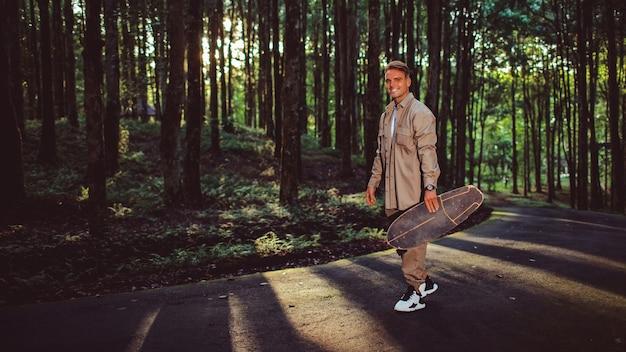 Giovane uomo su uno skateboard nel parco