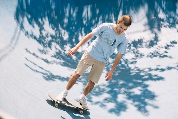 Giovane skateboarding sulla rampa