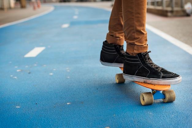 若い男がスケートボードを撃つ