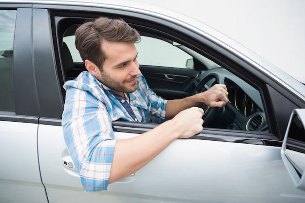 若い男の笑顔と運転