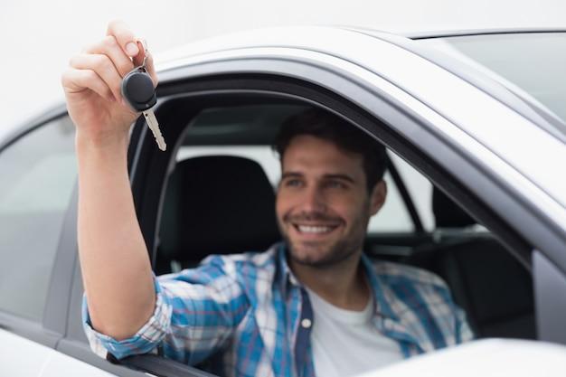 若い、笑顔、鍵を持つ男