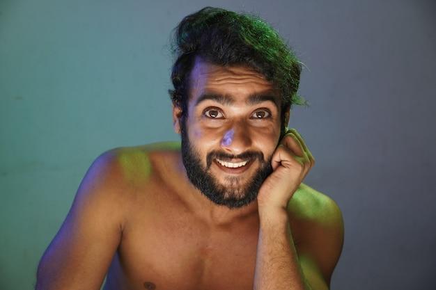 Молодой человек улыбающееся лицо без одежды студия выстрел