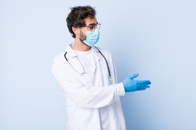 若い男が笑みを浮かべて、あなたに挨拶し、成功した取引、協力の概念を閉じるために握手を提供しています。コロナウイルスの概念