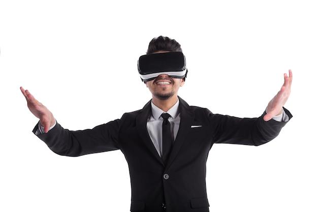 Молодой человек улыбается в костюме и 3d-очках, изолированных на белом фоне.