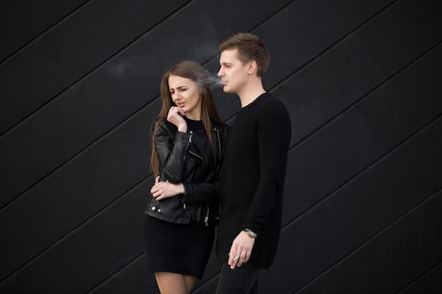 Молодой человек курит возле своего любовника