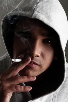Молодой человек курит
