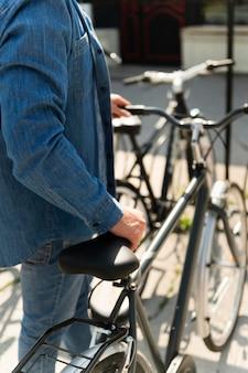 彼の自転車で外で時間を過ごす若い男