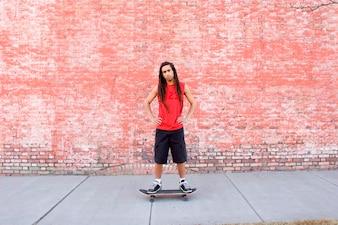 スケートボードに立つ若い男、肖像画