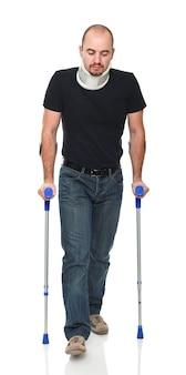 松葉杖で立っている若い男