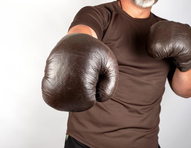 ボクシングラックに立っている若い男