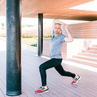 若い男が運動中に筋肉をストレッチ