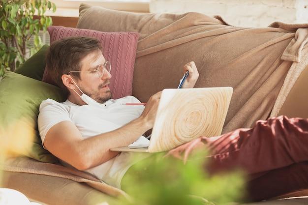 온라인 과정에서 집에서 공부하는 젊은이