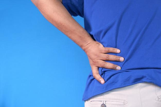 Молодой человек страдает от боли в спине крупным планом
