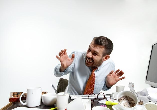 사무실에서 소음으로 고통받는 젊은 남자