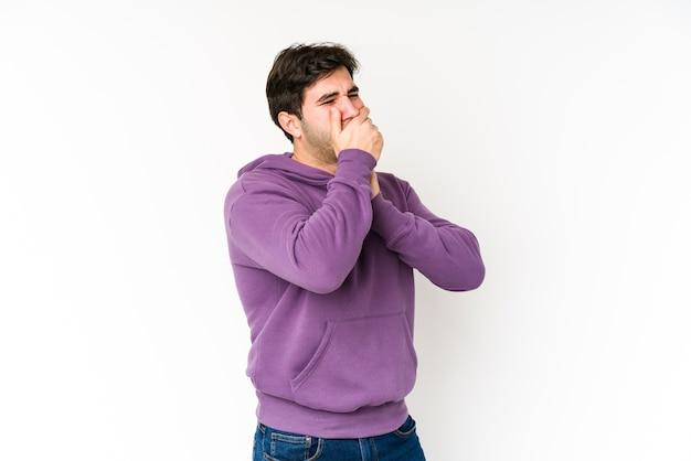 Молодой человек страдает болью в горле из-за вируса или инфекции.