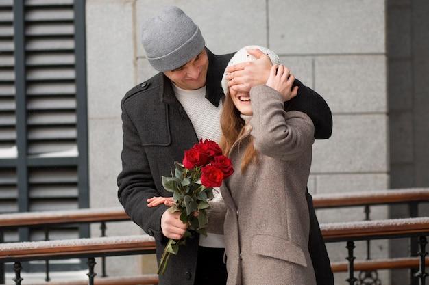 Молодой человек удивил свою девушку букетом роз в городе
