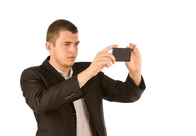 彼の携帯電話で写真を撮る若い男