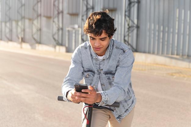 スクーターで乗る青年