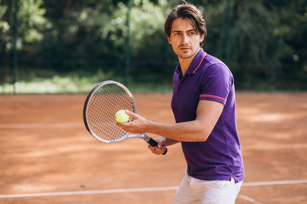 법원에서 젊은 남자 테니스 선수