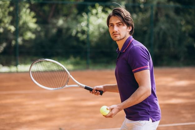 コートで若い男のテニス選手