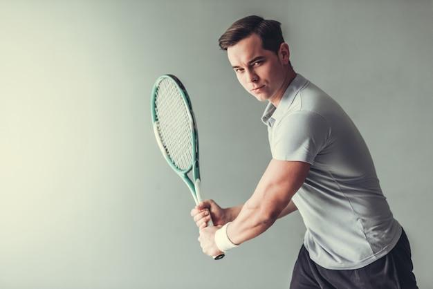Теннисист молодого человека в действии