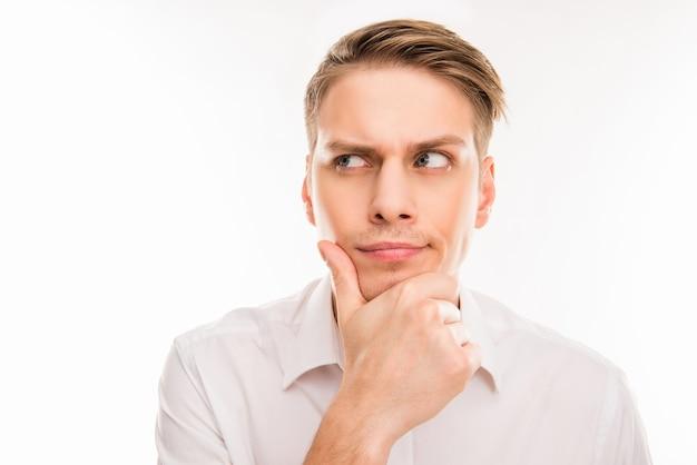 Молодой человек думает о чем-то