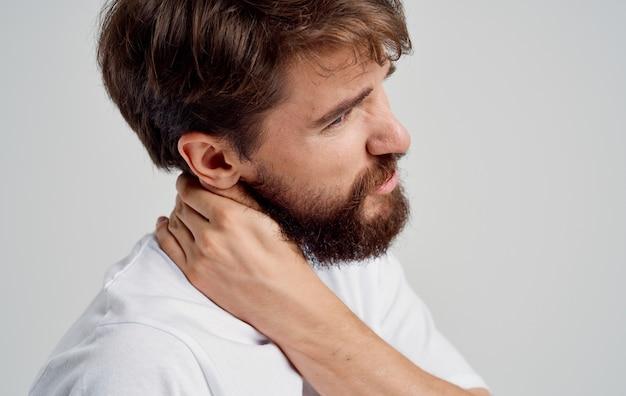손으로 목을 만지고 젊은 남자 척추 통증 측면보기 모델 초상화