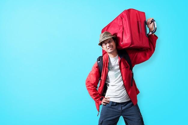 여행 가방 개념 여름과 행복 여행 배경으로 젊은 남자 관광.