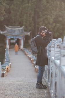 玉龍雪山、ランドマーク、麗江旧市街近くの観光スポットの人気スポットとブラックドラゴンプールで旅行する若者旅行者。麗江、雲南、中国