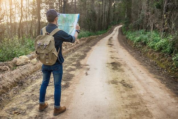 ヤングマントラベラー、バックパック、ロッキー山脈、アウトドア、背景、夏、休暇、ライフスタイル、ハイキング、コンセプト