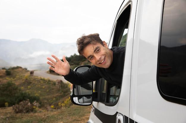 Giovane che viaggia da solo in un furgone