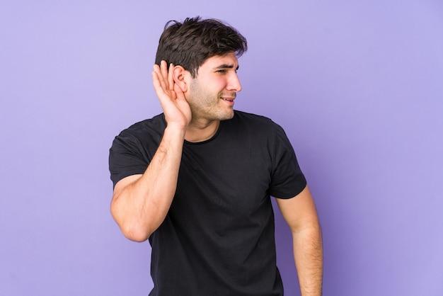 Молодой человек пытается слушать сплетни.