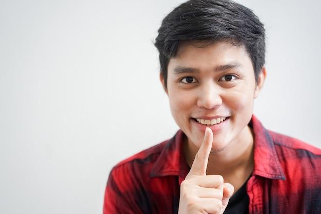Молодой человек пользуется пальцем