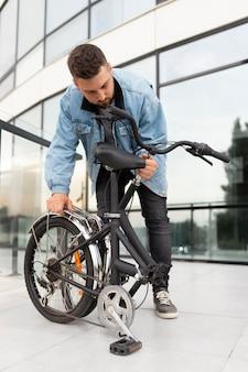 도시에서 접이식 자전거를 사용하는 청년