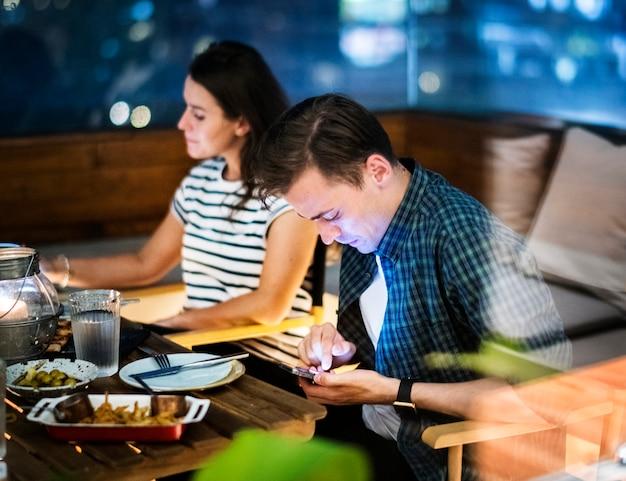 Молодой человек, используя смартфон без концепции социального взаимодействия наркомании