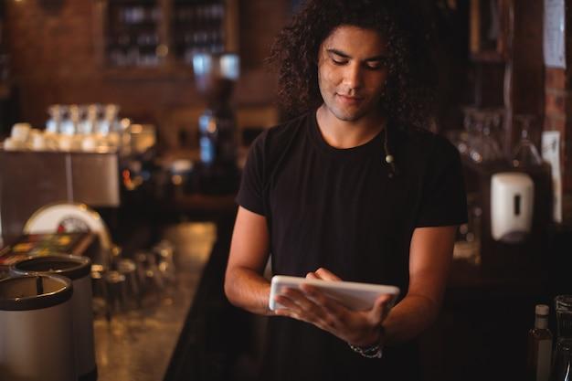 Молодой человек с помощью цифрового планшета