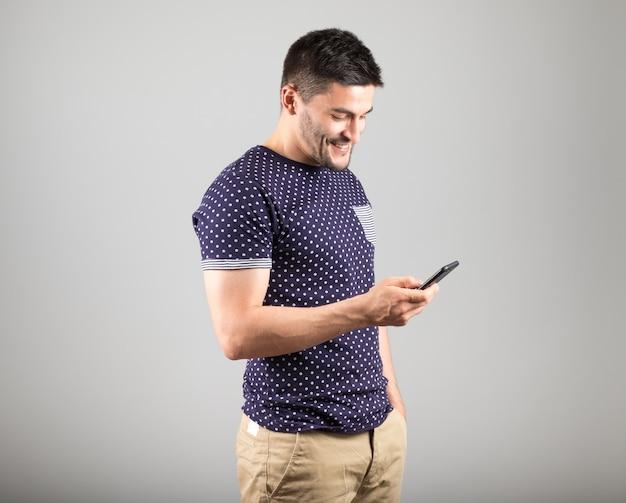 Молодой человек, с помощью своего смартфона