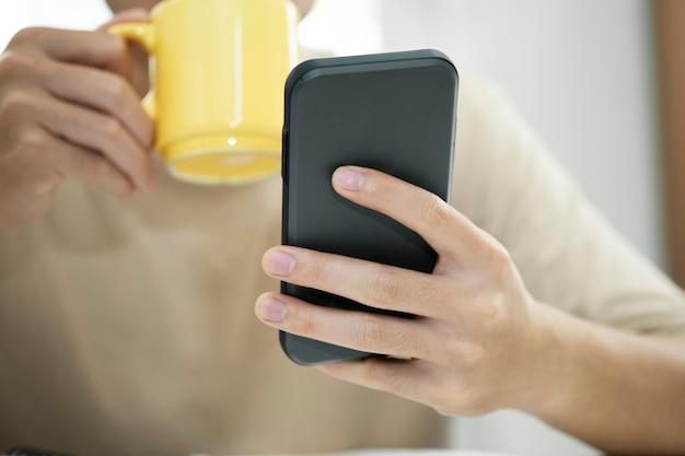 携帯電話を使用して若い男