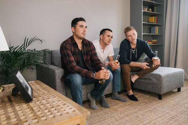 리모컨을 사용하는 청년이 tv에서 채널을 전환하고 있다