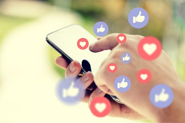 Молодой человек с помощью смартфона, концепции социальных средств массовой информации. - изображение