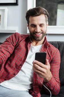 스마트 폰을 사용하여 화상 통화를하는 젊은 남자